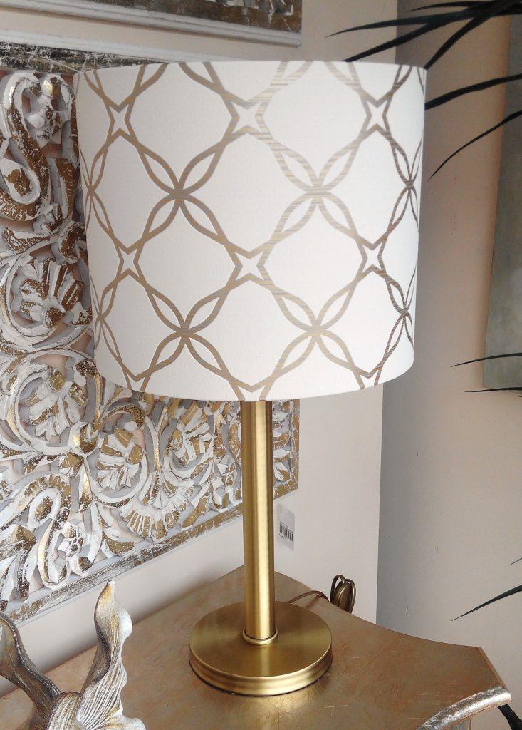 Abat-jour personalizado com papel de parede e pé bronze