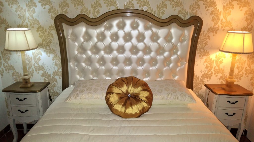 Cabeceira de cama capitoné com moldura