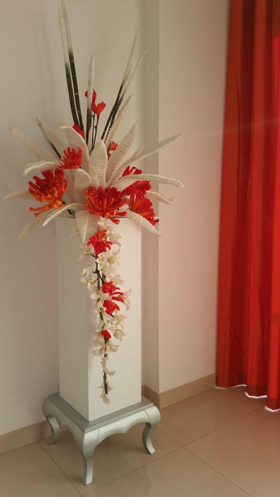 Floreira alta decorativa com perna galbada e flores artificiais